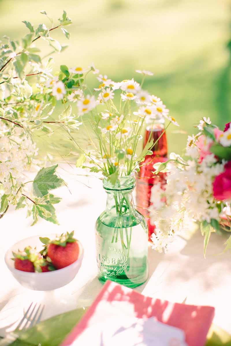 Strawberry Accents | Northern Michigan Outdoor Table Decor | Tableau Events | BLOOM
